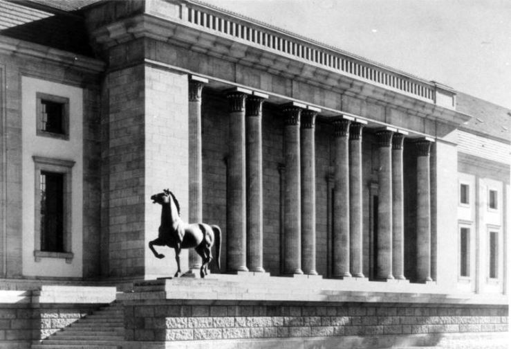 One of Thorak's bronze horses stands outside HItler's Reich Chancellery. (WikiMedia Commons).